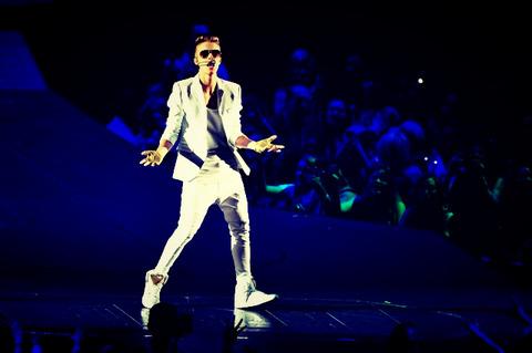 cn_image-size-justin-bieber-concert-fainting_Fotor