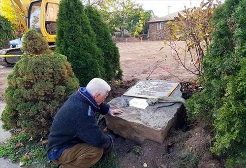 ニュージャージーの慰安婦碑、駐車場拡張に邪魔で引っこ抜かれて放置され、好物のうんこを供えられる [無断転載禁止]©2ch.net->画像>10枚