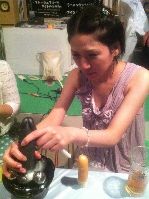 ペニミンを演奏する女性