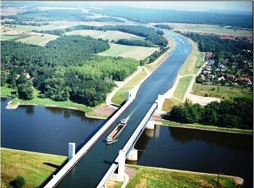 �ドイツのエルベ川にかかるマクデブルク水路橋