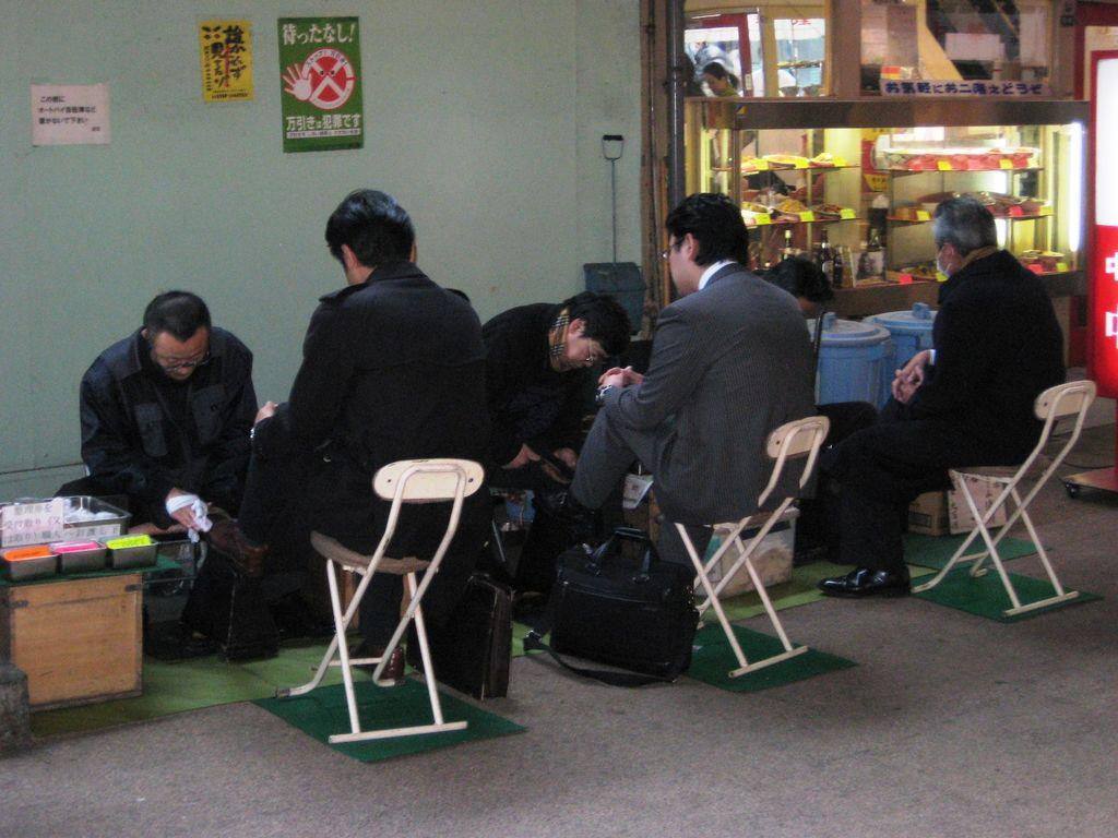この画像は2012年1月24日弊blog掲載の有楽町名物の靴磨き屋さん「千葉スペシャル」です。真中にいる方がお師匠さんの千葉さんで御年56才、横の2人がお弟子さんです。