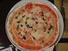 トマト・バジル・チーズのピザ