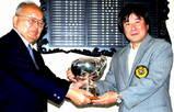 10・5 理事長杯 迫田理事長から授与される優勝の高砂さん(右)