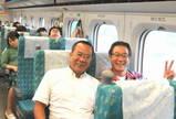 新幹線で左・東西旅行社の王正富さん