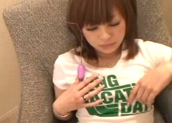 【潮ふき・オナニー動画】控えめな喘ぎ声が素人らしくて可愛らしいアイドルフェイスの女子大生