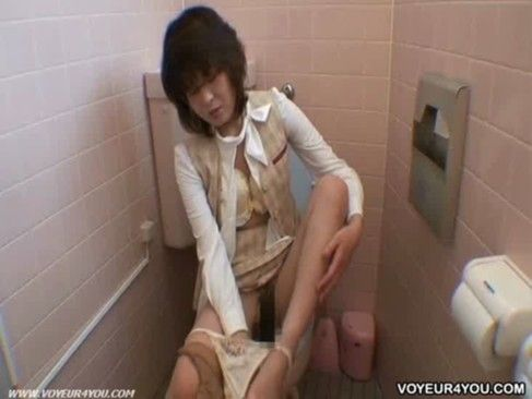 【トイレ 四十路】性欲旺盛な四十路熟女が昼休みを利用してトイレでガチオナw