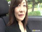 【潮ふき・オナニー動画】五十路の熟女の露出H無料動画。五十路の熟女をドライブに誘い車内でオッパイ露出させたままオナニーさせちゃったww