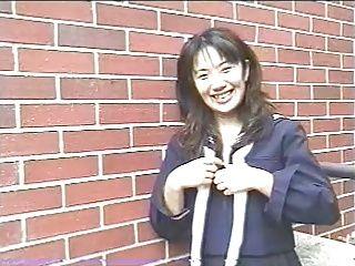 【コスプレの潮ふき・オナニー動画】女の子、和泉美奈代の露出H無料動画。【和泉美奈代】セーラー服姿の女の子が街中で露出したりフェラチオしたり!