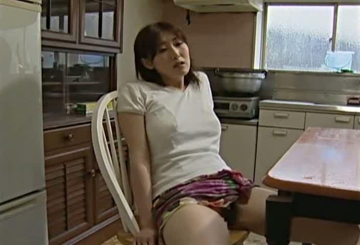 【ヘンリー塚本 巨根】人妻が義父の巨根を想像してムラムラ!テーブルの角で激しくオナニーする!ヘンリー塚本-(fc2動画)