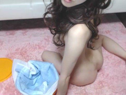 【潮ふき・オナニー動画】美乳のギャルのフェラH無料動画。パンティからマン毛をはみ出しながら美乳をモミモミしディルドを疑似フェラするスレンダーギャルのライブチャットオナニー。