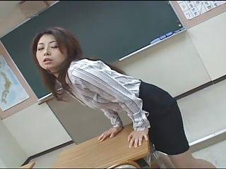 【女教師の潮ふき・オナニー動画】女教師のオナニーH無料動画。学校の教室の机の角に股間を擦り付けてオナニーをしている綺麗な女教師。