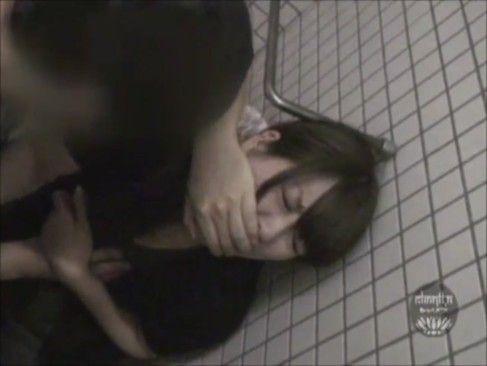【本物レイプ 潮吹き 無修正】素人の盗撮H無料動画。【盗撮H】本物レイプ!女子トイレで待ち伏せするDQNが素人娘を犯しまくる衝撃映像…