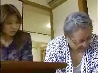 【潮ふき・オナニー動画】息子夫婦のセックスを覗いて興奮のお爺ちゃんが嫁の下着でマスターベーション