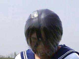 【コスプレの潮ふき・オナニー動画】呼吸制限かけられたセーラー服コスプレ娘が野外で露出オナニー。