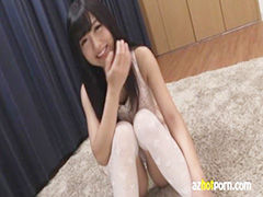 【座り潮噴 動画】女の子のオナニーH無料動画。身体育座りでパンティみえてる女の子が乳首コリコリオナニー