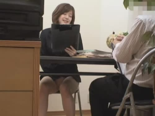 【潮ふき・オナニー動画】上司の前で原稿を読む練習をしながら机の下でこっそり手マンオナニーする女子アナw