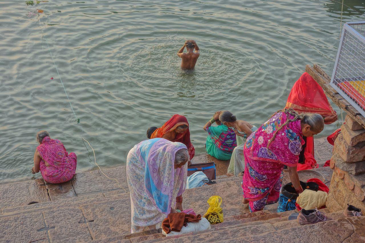 ガンジス川で沐浴する人たち