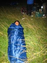 草むらで寝る