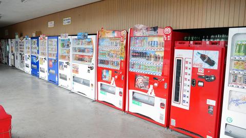 強盗「逃走中に自販機の中に隠れたら出られなくなっちまった」
