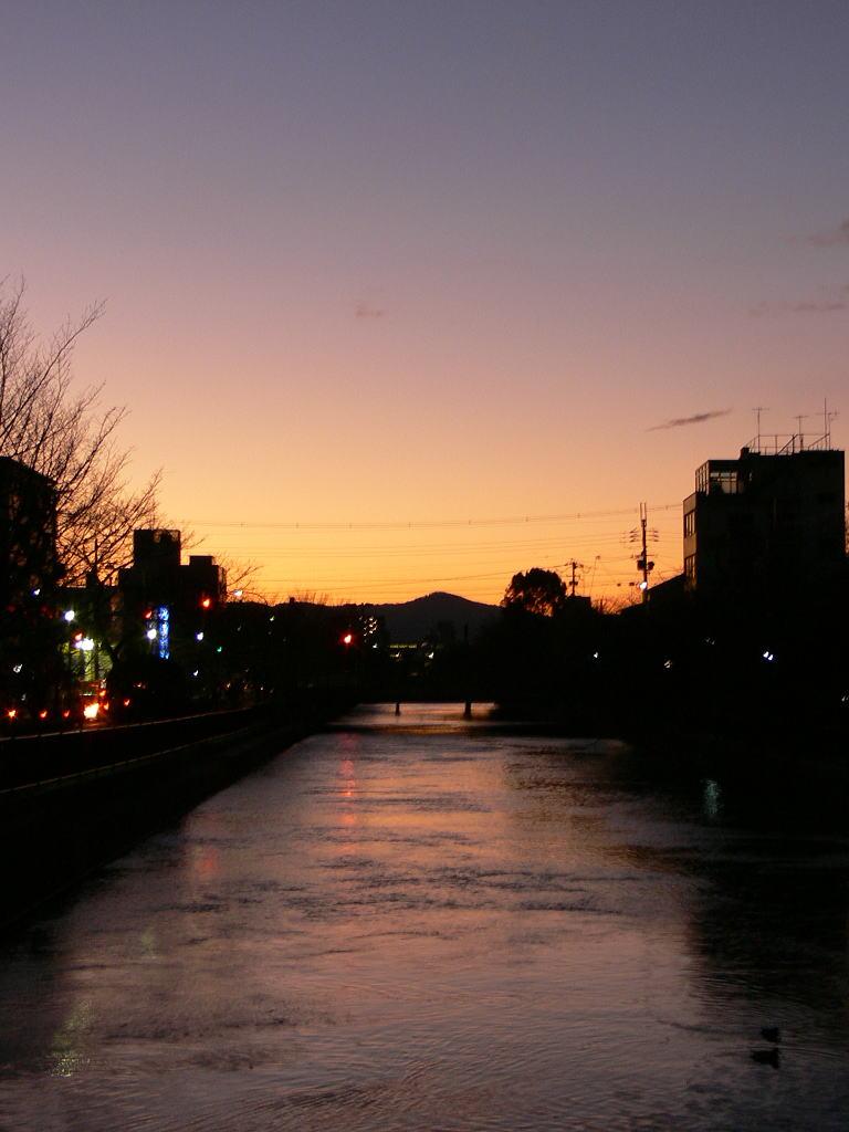 京の冬空の夕暮れ