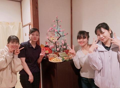 寮でベトナムのお正月をお祝い 左からニャット、タオ、リン、リー
