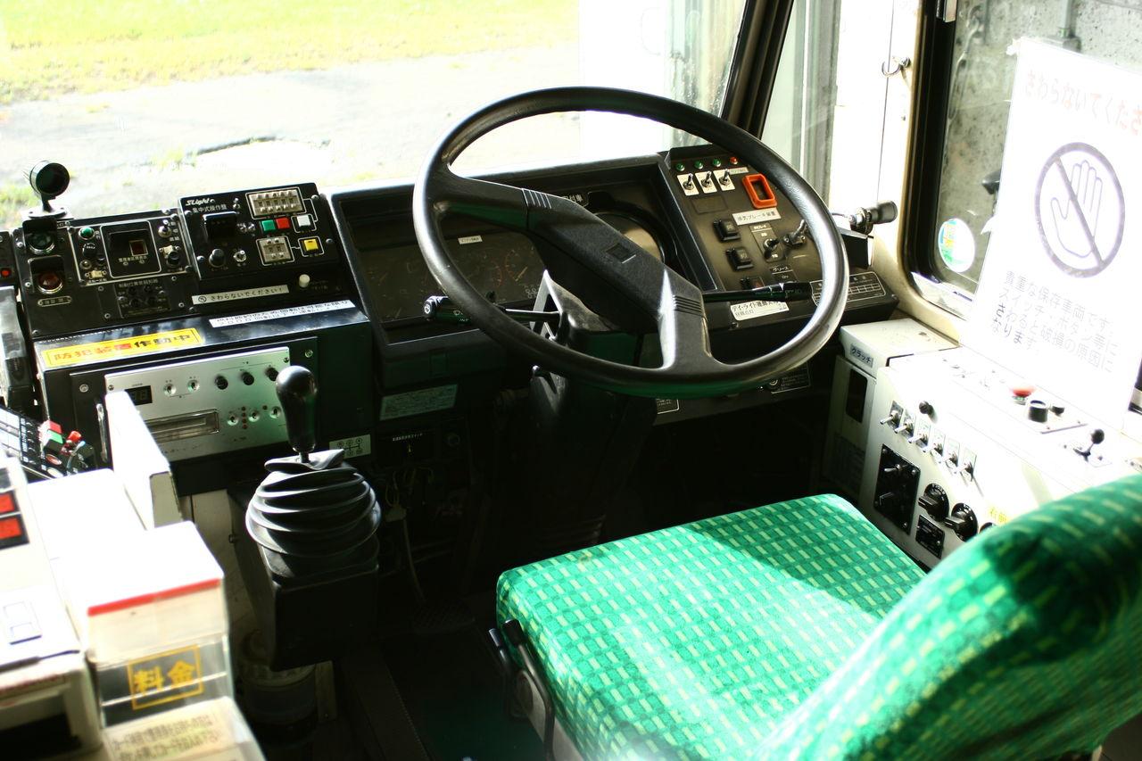運転席もご覧の通り。料金箱なども全て残されており、出発を待っているようで... バス