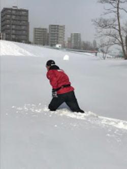 河川敷 膝上まで雪
