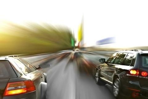 なぜ多い? 煽り運転のきっかけ「通せんぼ走行」 高速追い越し車線で法定速度走行はNG?