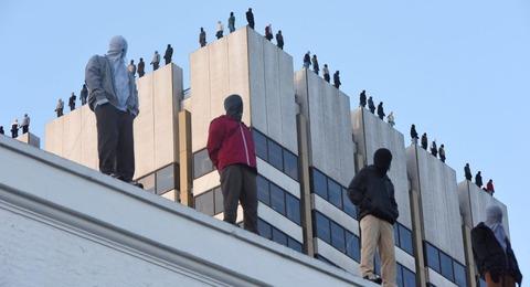 ロンドン市「自殺対策のためにビル屋上に男の彫像84体設置するわ」→完全にホラーと化す