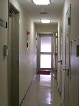一番奥の左のドアです