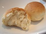 お店で焼きたてパン