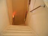 隠れ家に潜入する階段