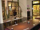 優雅な竹と流木のオブジェがある小上がり席