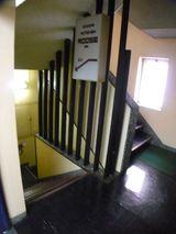 すぐ右の階段を下に・・・