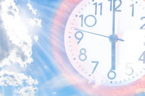 青い空に柱時計