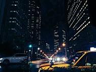 夜のビル群と行き交う車