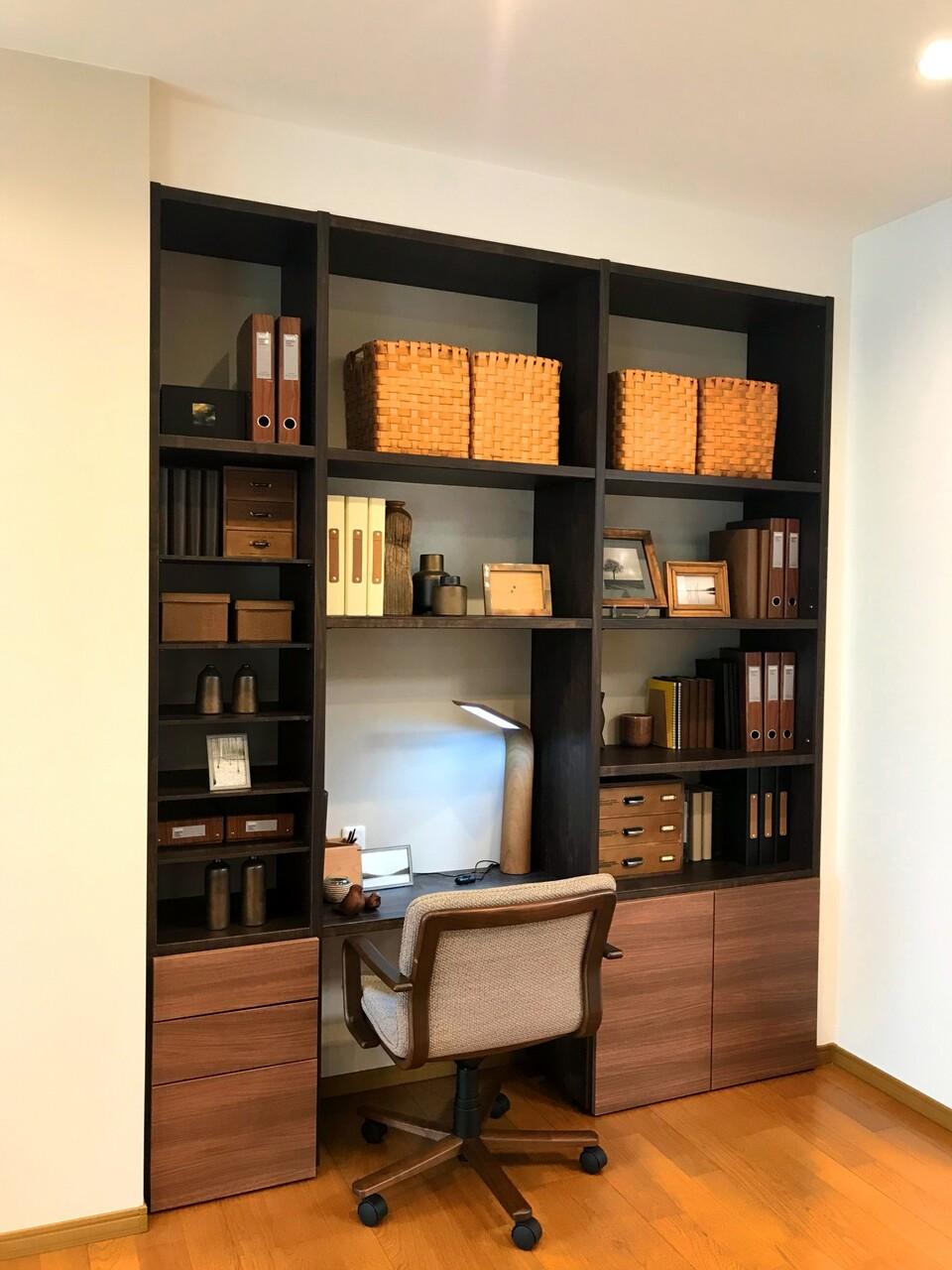 本棚のある机