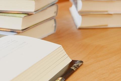 ウッドデスクに置かれた読みかけの書籍