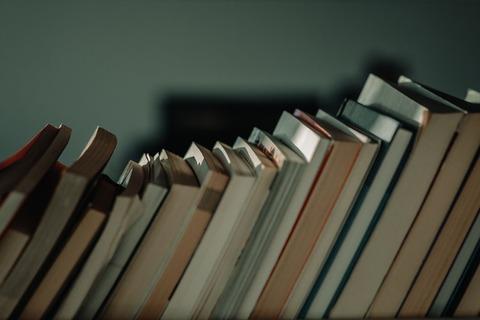 ブックスタンドに立てかけられる本