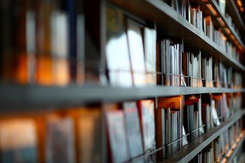 奥までつづく大きな本棚に書籍が沢山収納されている