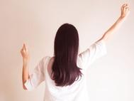 女性が背を向けた状態で頑張るポーズ