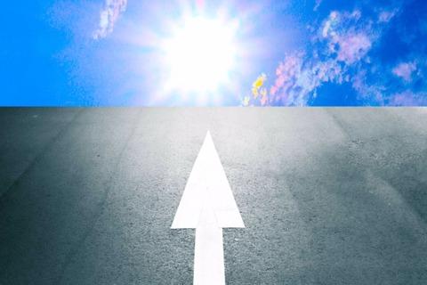 太陽と青い空へと真っ直ぐ続く道