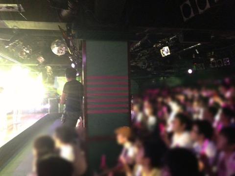 なんで AKB48劇場の柱の裏側にモニター設置しないの?