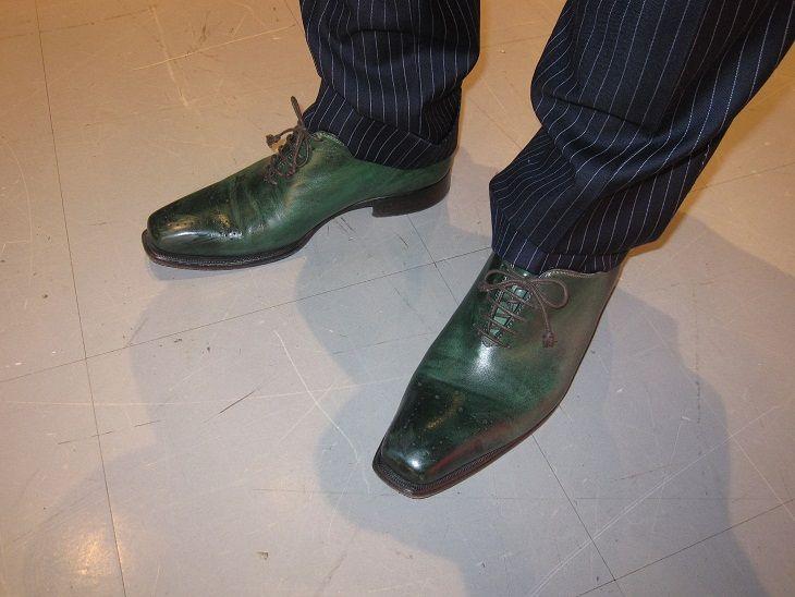 某会合で経営者仲間でいつもオシャレなのH社長の靴に目が留まりました! なんと!グリーンの靴! これはすごいです!センスが良くないと履けないですね~!