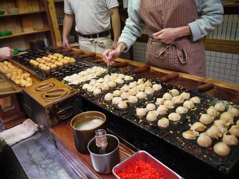 多くの大阪人が絶賛するたこ焼きを食べてみましょう♪
