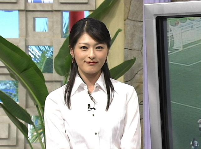 白いブラウスを着ているハーフアップスタイルの阿部哲子の画像