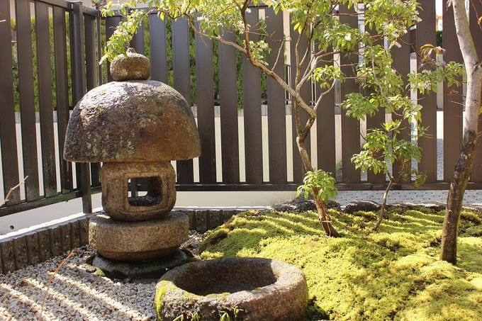 苔と石灯篭のあるお庭
