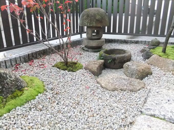 苔と石灯篭のあるお庭 玉なし