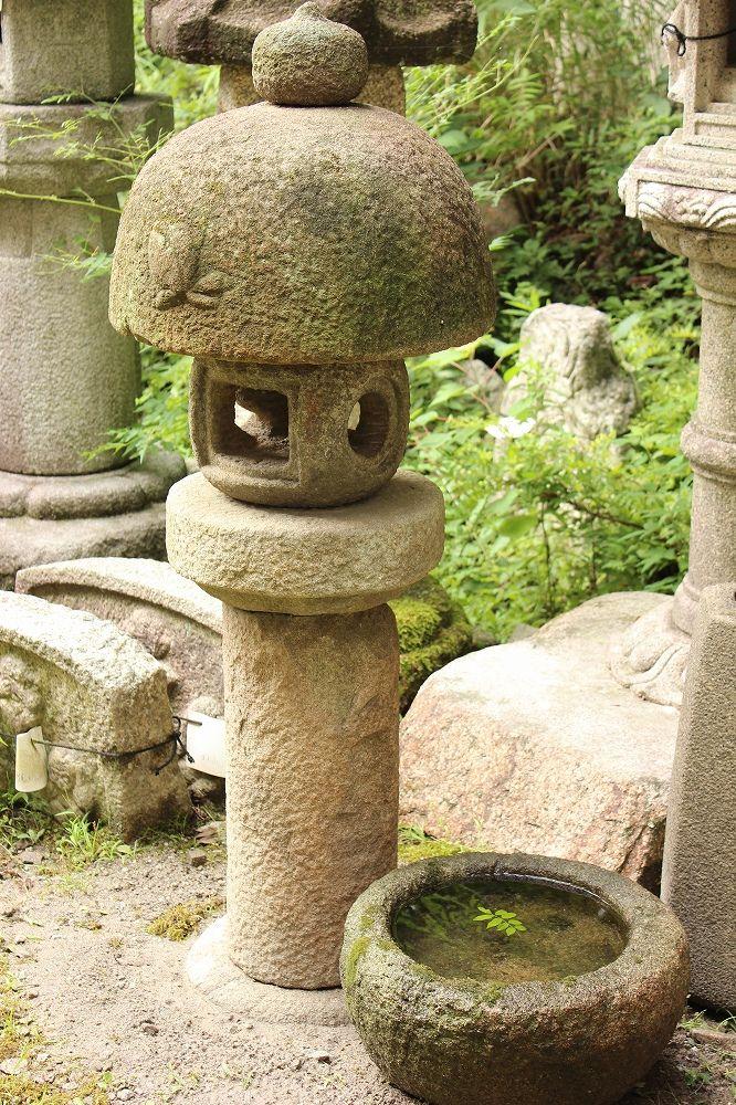 古灯篭桃山と水鉢