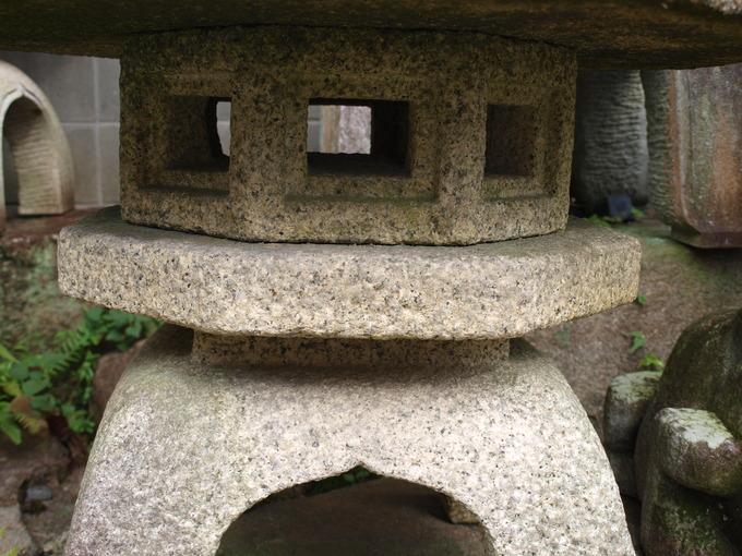 石燈籠の向き泉涌寺(受)
